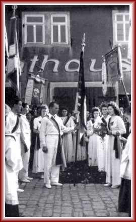 Nach dem Festgottesdienst am 04.September 1949 übernahm Fahnenjunker Robert Bolz die geweihte Fahne. In Begleitung der Festdamen und Turner ging es zum eigentlichen Fest, das auf dem Turnplatz an der Sommerwiese (heute Jahnstraße) abgehalten wurde.