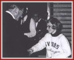 1969: Bürgermeister Ball gratuliert Monaliese Brunn zur Deutschen Vizemeisterschaft