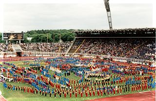 1994: Mit einer 79 Personen zählenden Abordnung besuchte der TV das Deutsche Turnfest in Hamburg.